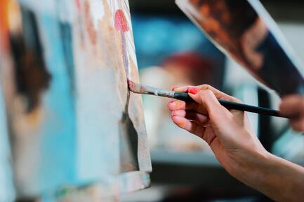 womans-artist-hands-drawing-picture-with-oil-paints-process-of-working-talented-girl-in-art-studio_t20_kRWk83-1